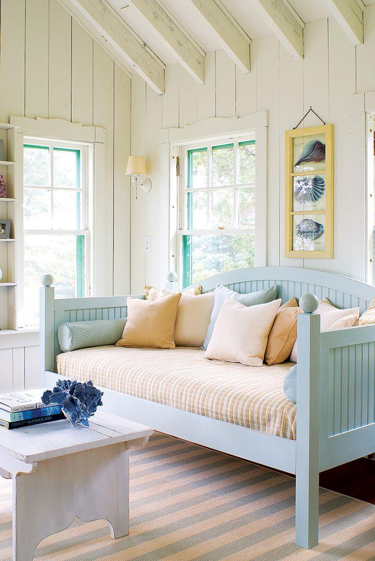 Деревянный диван для спальни