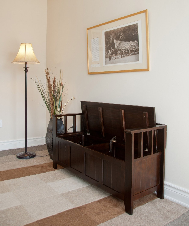 Деревянный диван в прихожую