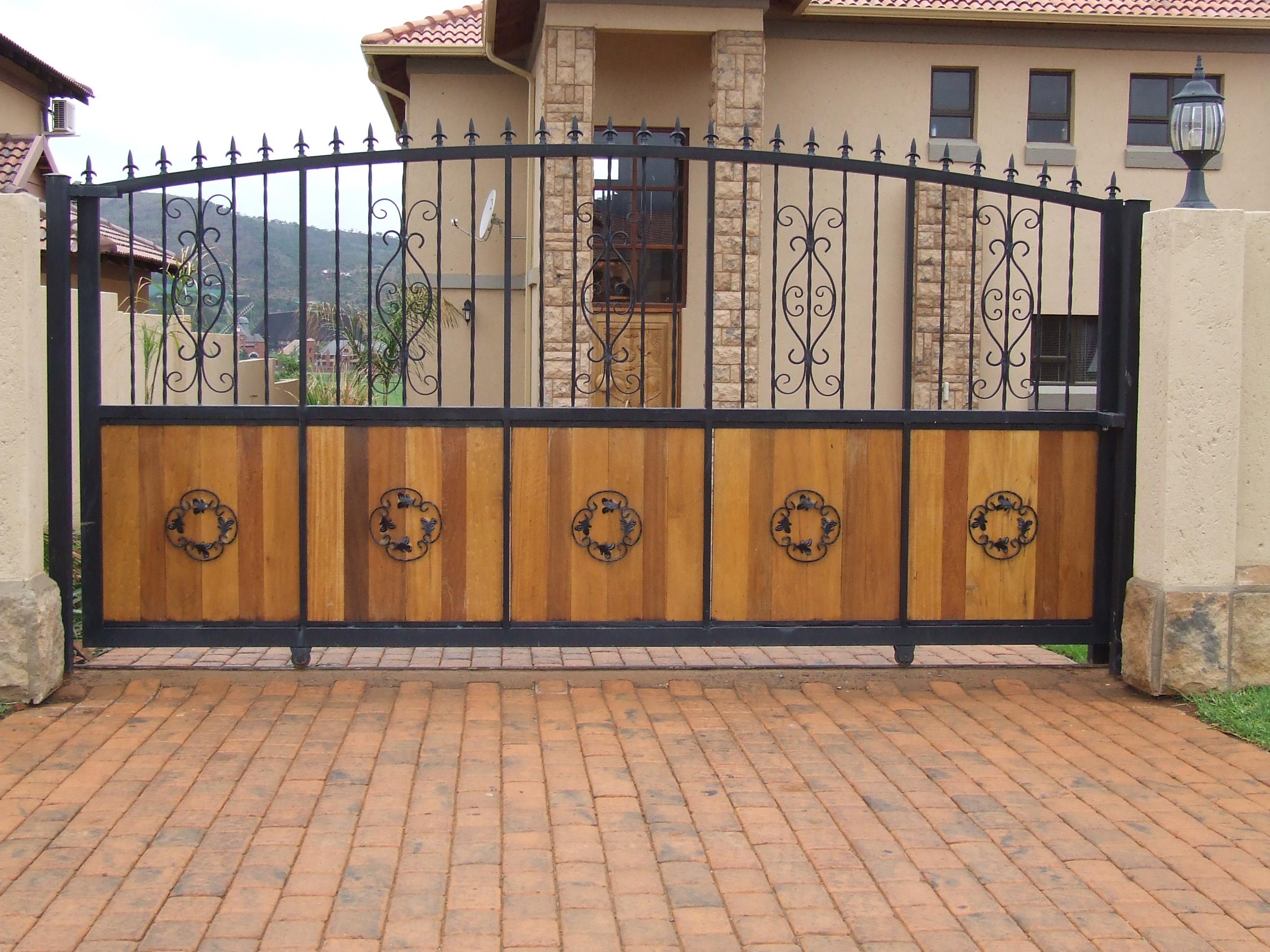 Ворота из профильной трубы с деревом