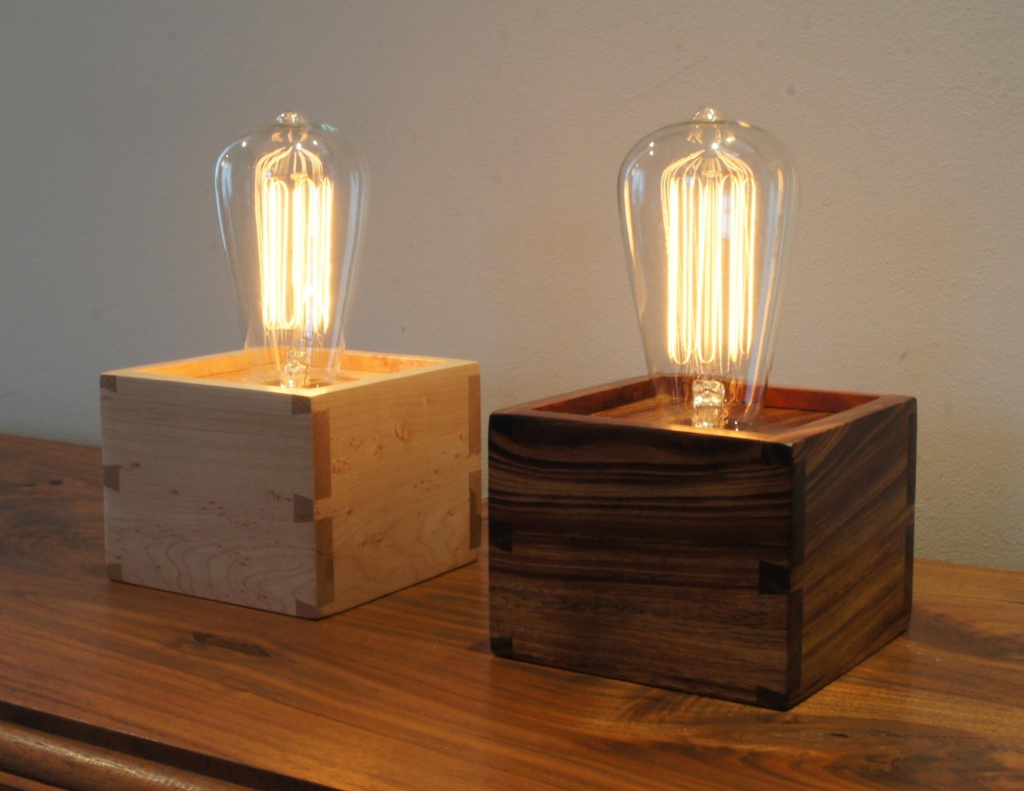 Лампа Эдисона на деревянной подставке