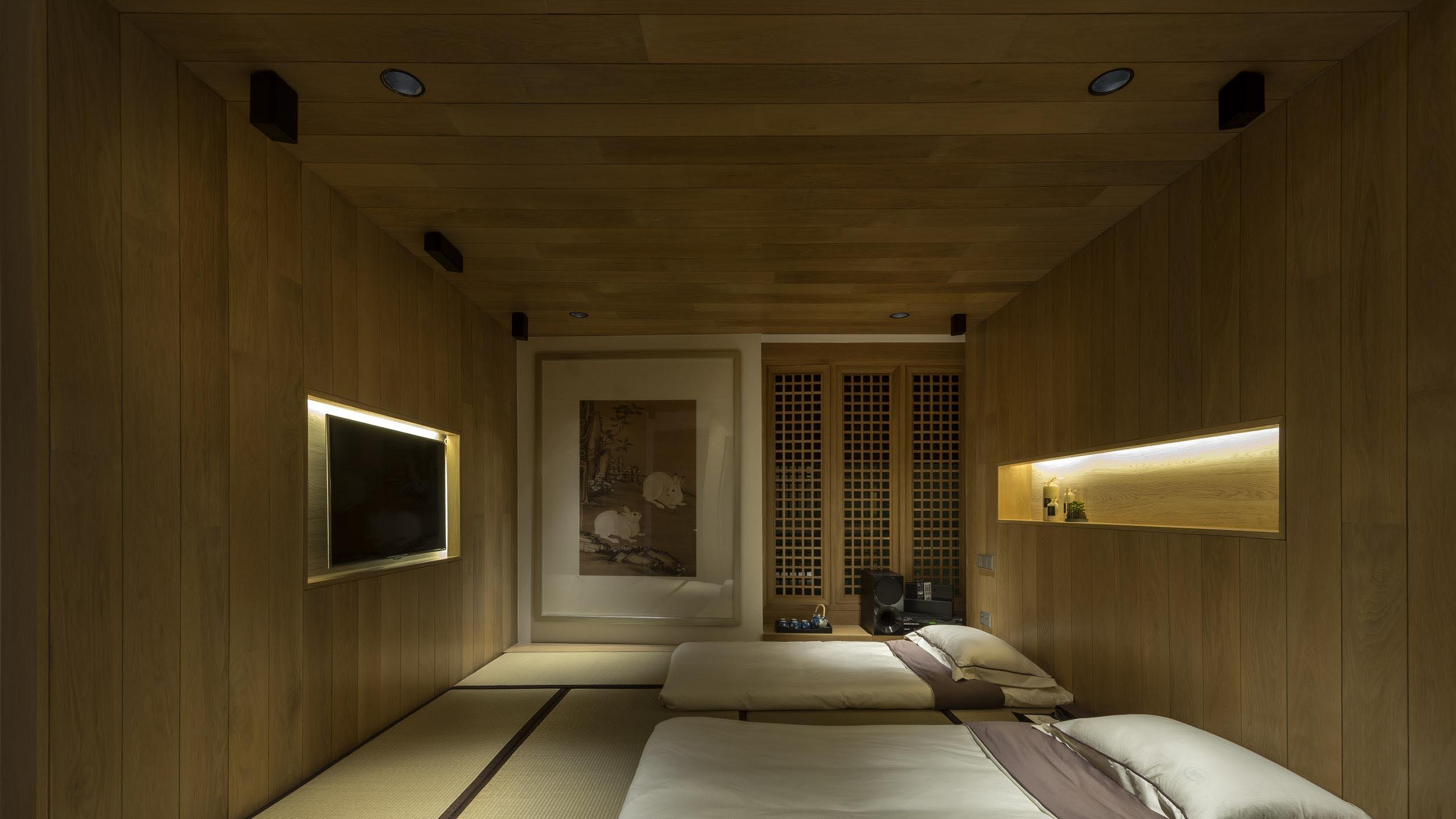 Дерево в спальне в японском стиле