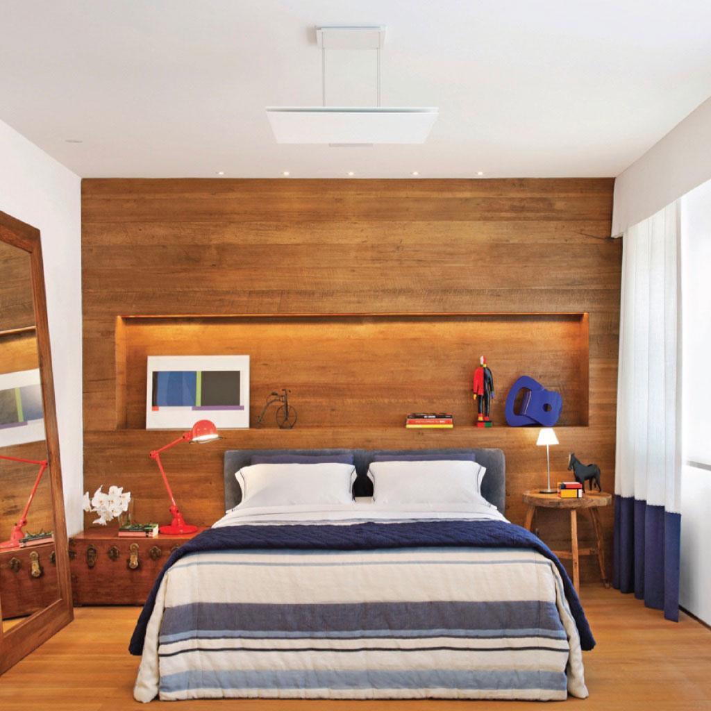 Ниша из дерева в спальне