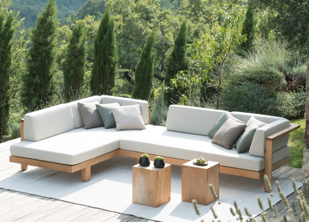 Деревянный диван для дачи