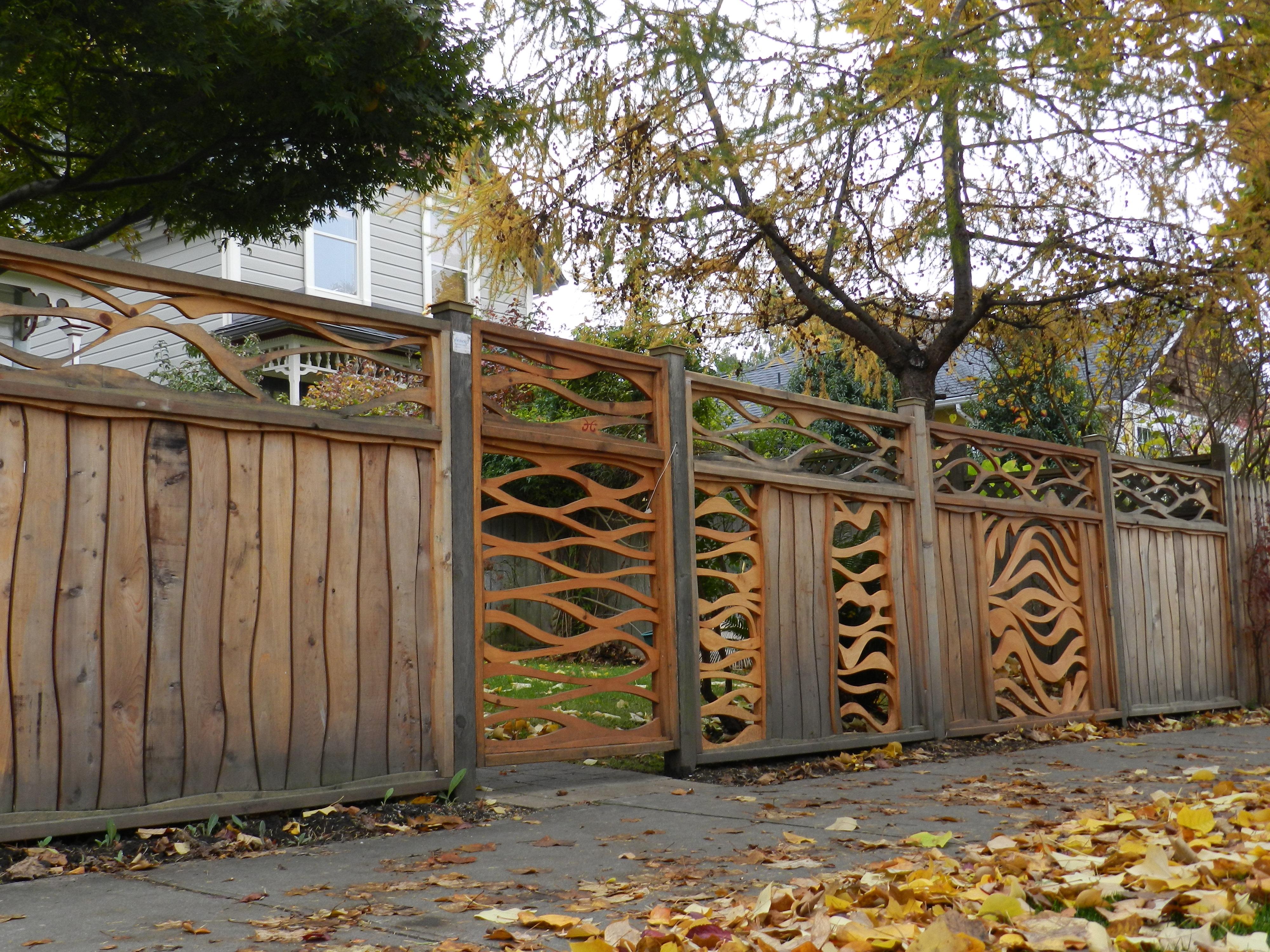 Оригинальные ворота для дачи