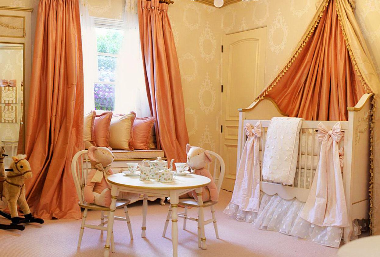 Персиковые шторы в детской