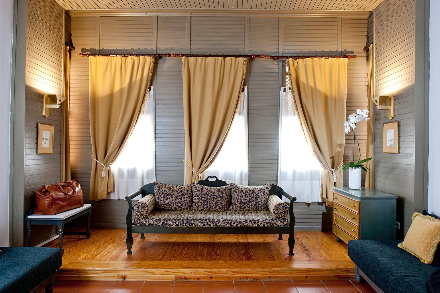 Бежевые шторы в доме