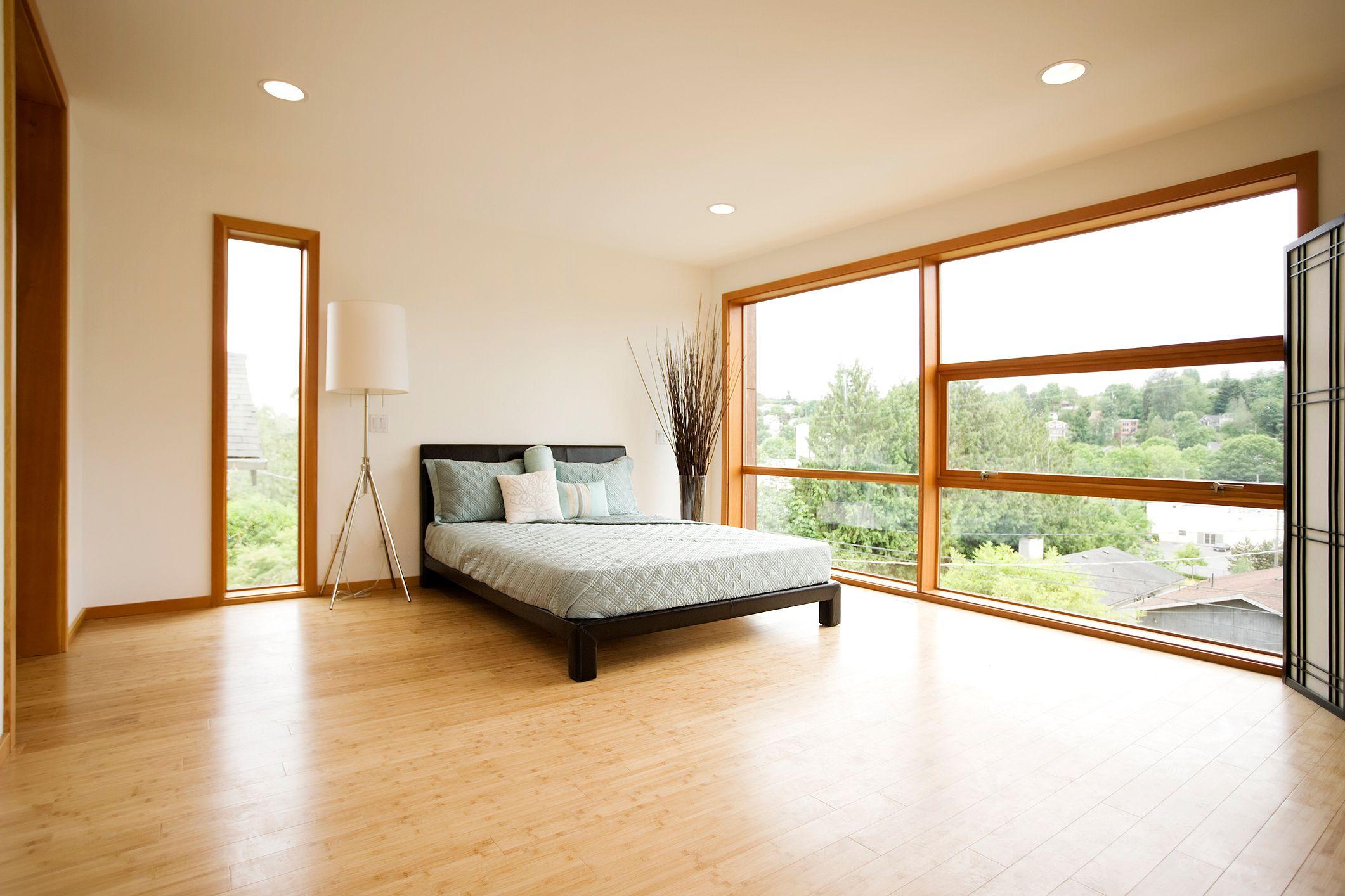 Деревянный пол в спальне загородного дома