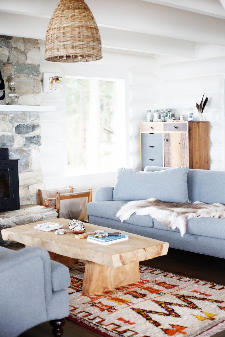 Голубой диван в доме