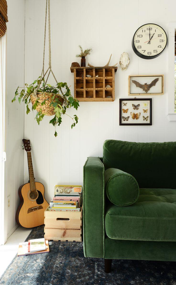 Зеленый диван в доме
