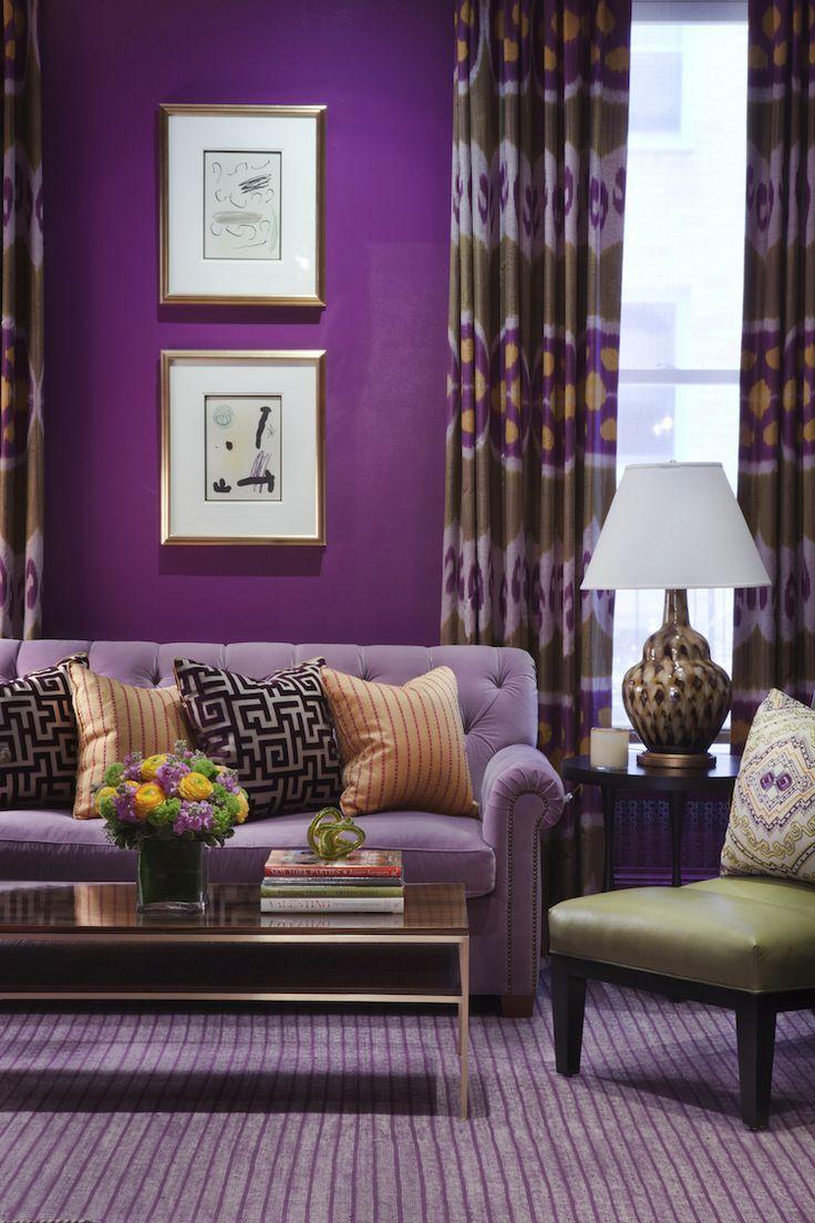 Фиолетовый диван в доме