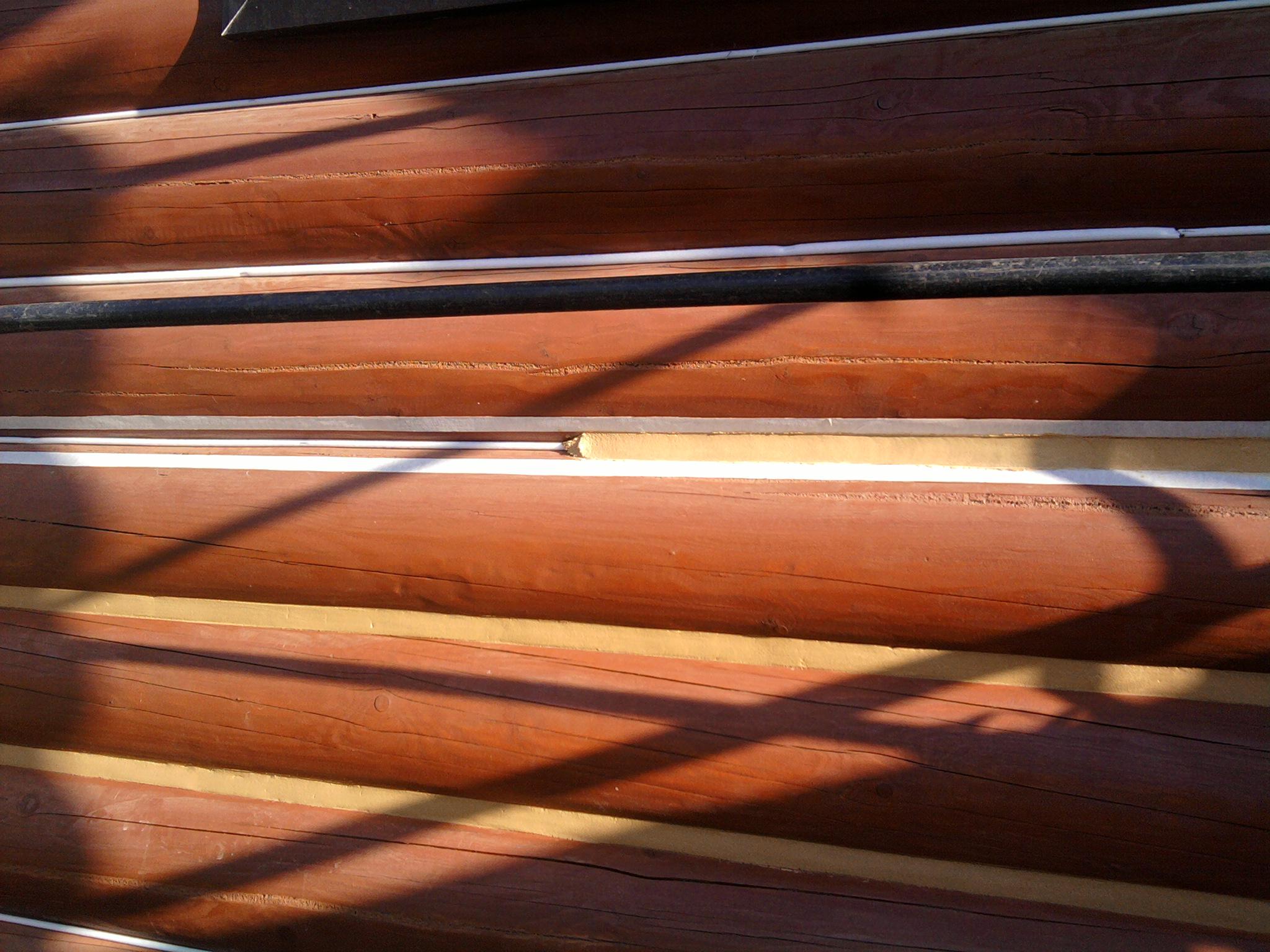 Заделка швов деревянного дома акриловым герметиком