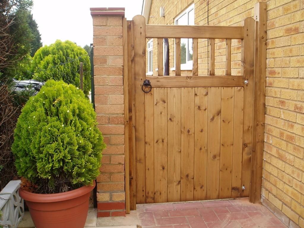 Деревянные ворота в дом