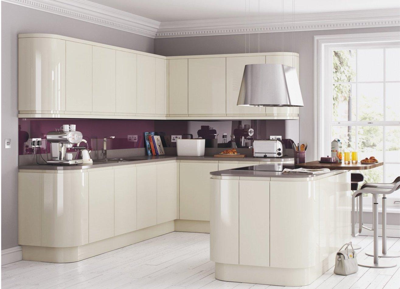 Белая глянцевая кухня в доме