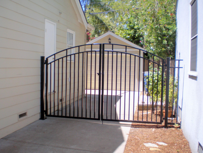Ворота из профильной трубы частного дома