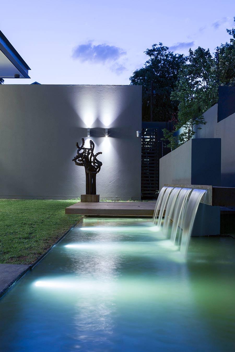 Фонтан с подсветкой в доме