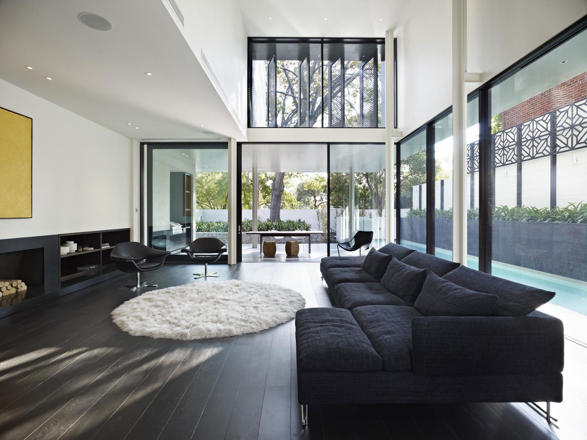 Черный ламинат в доме