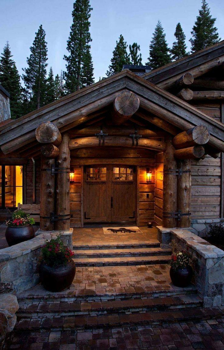 Деревянная дверь в дом