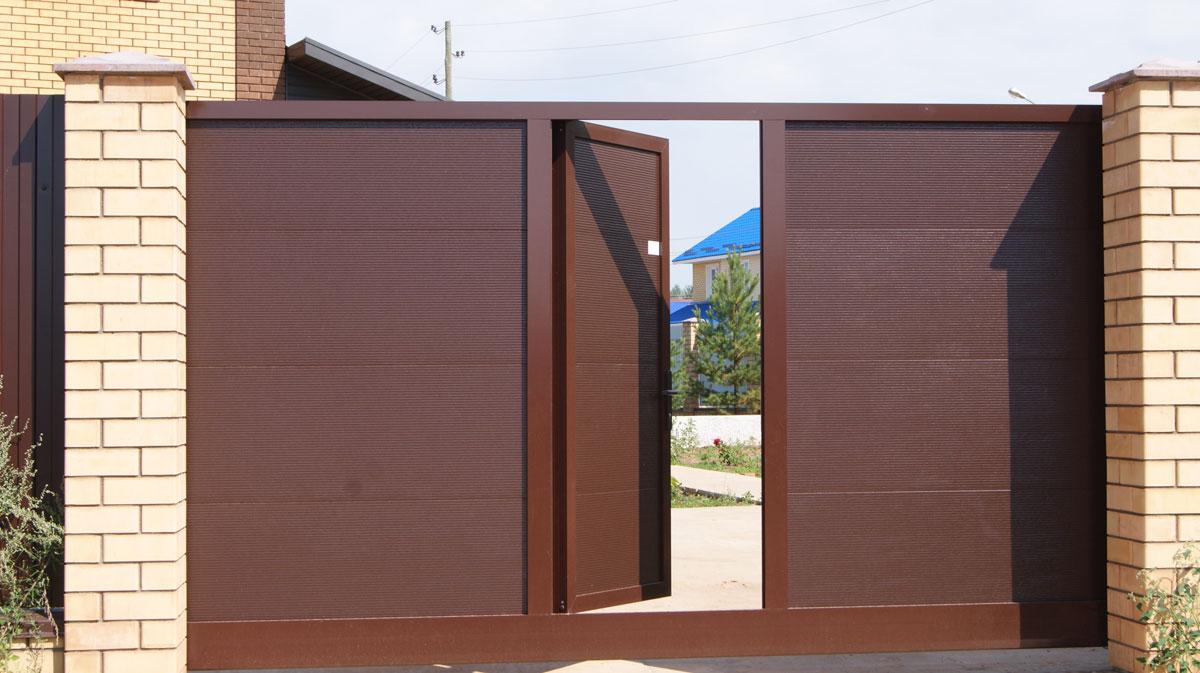 Подвесные ворота с дверью