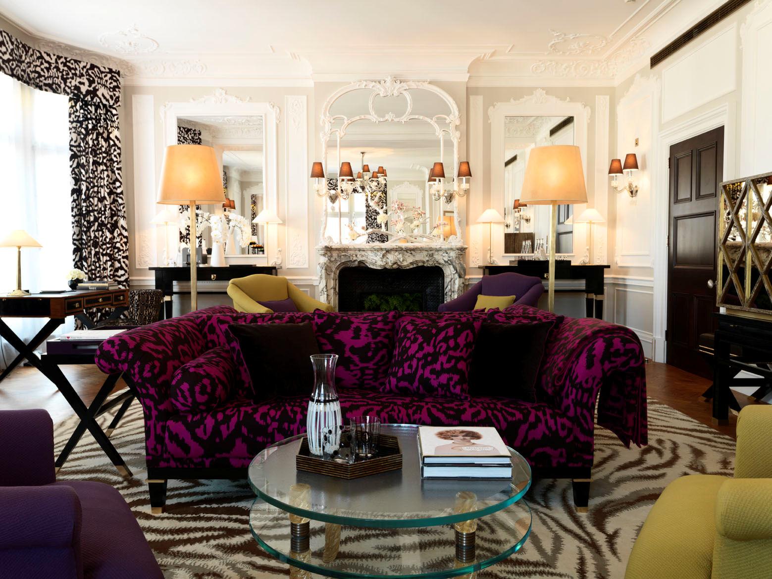 Фиолетовый диван в эклектичном стиле