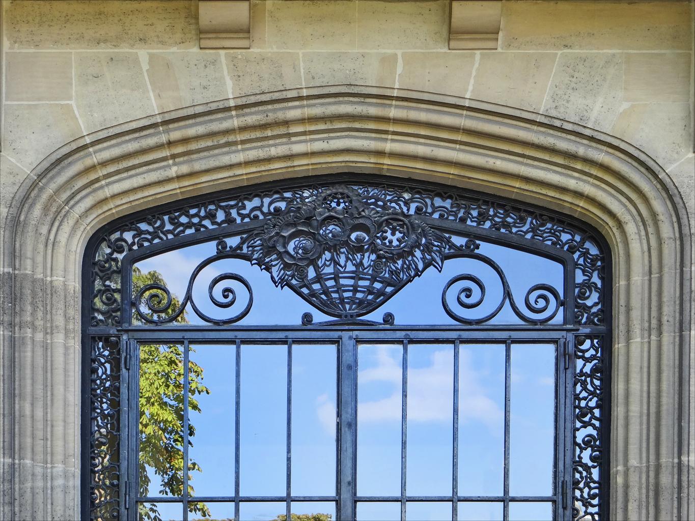 Кованые элементы на двери