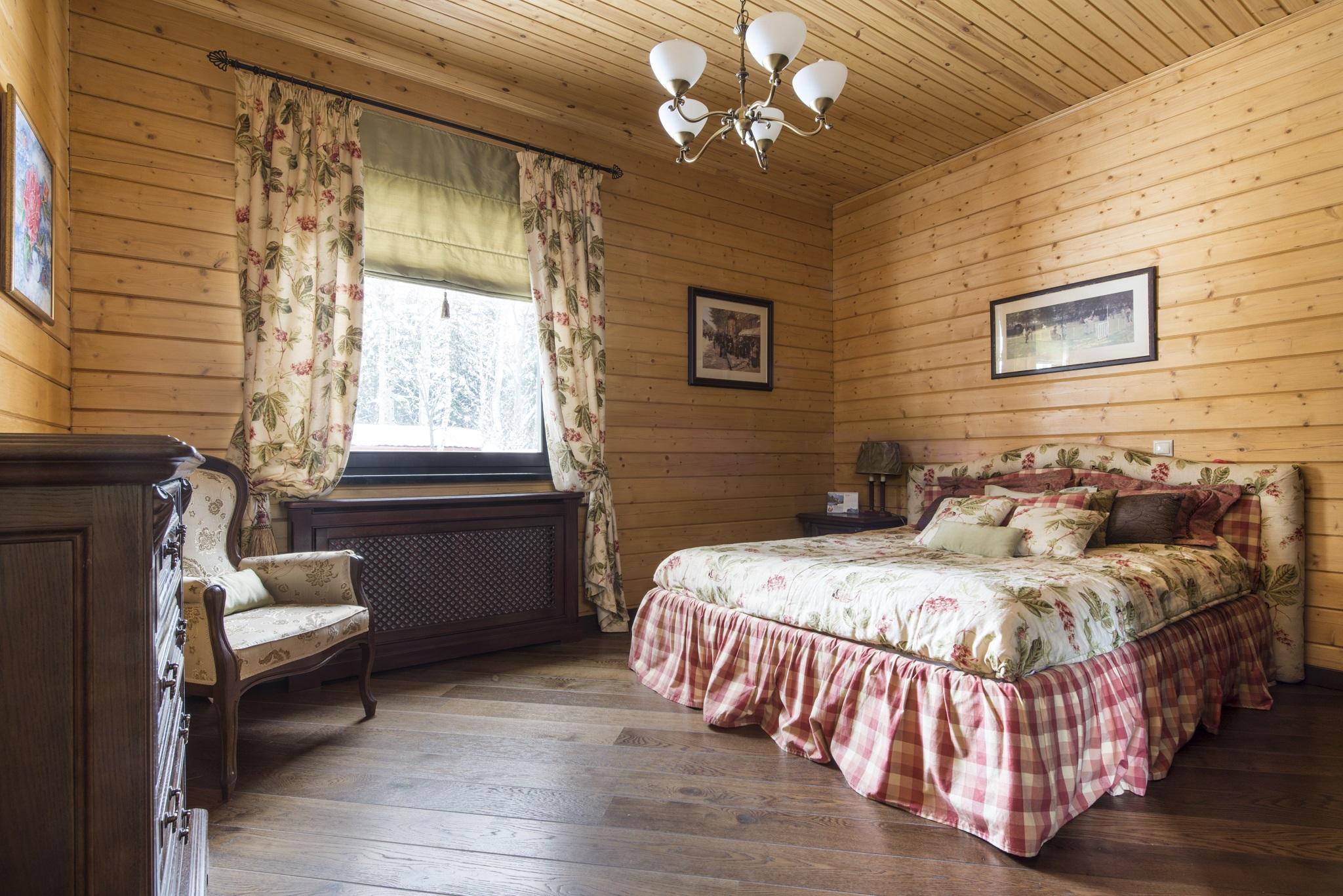 Спальня из евровагонки на даче