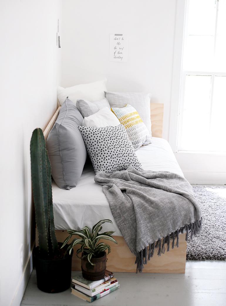 Диван для спальни из фанеры