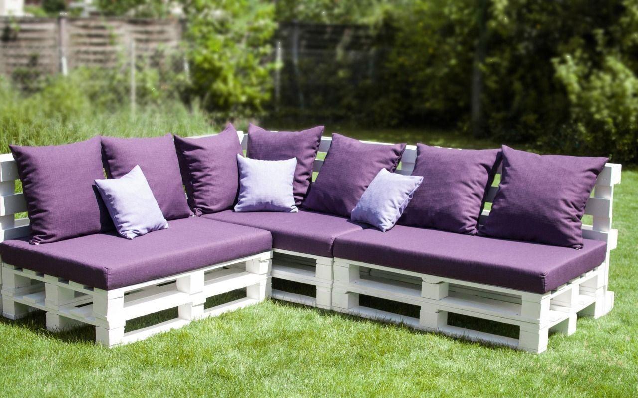 Фиолетовый диван из паллет