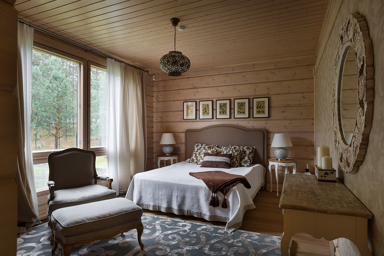 Спальня на даче с французским окном