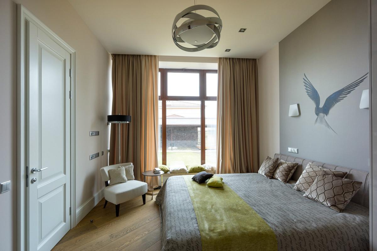 Спальня в хрущевке с французским окном