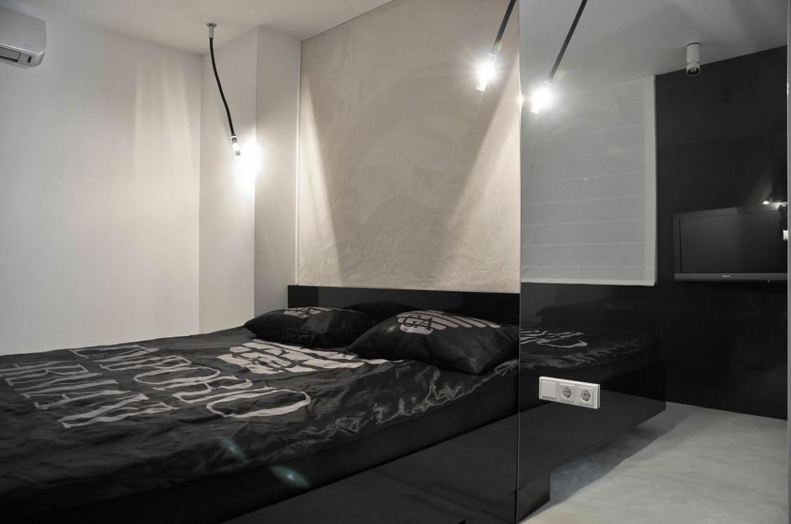 Черная глянцевая кровать
