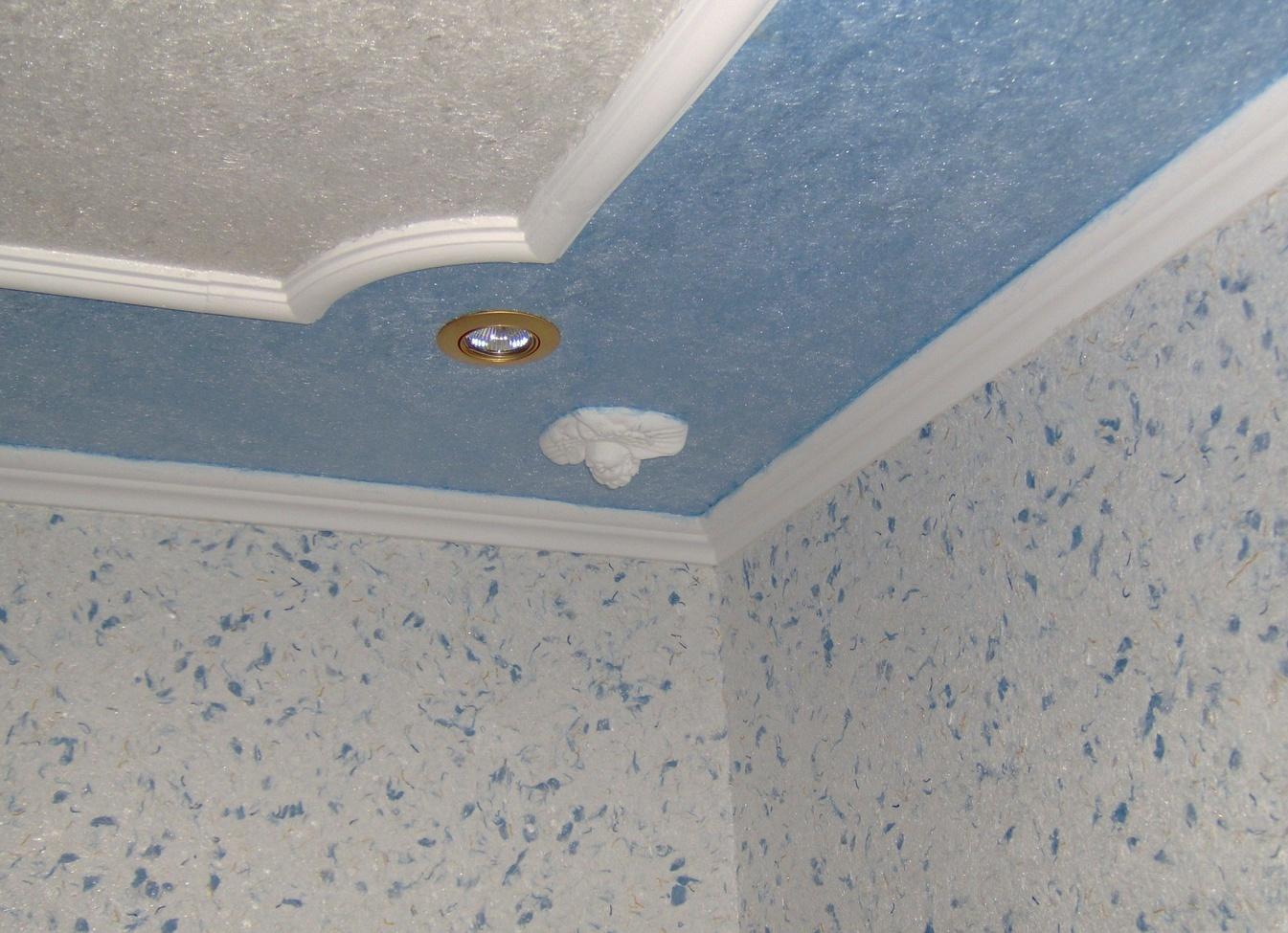 Голубые жидкие обои на потолок