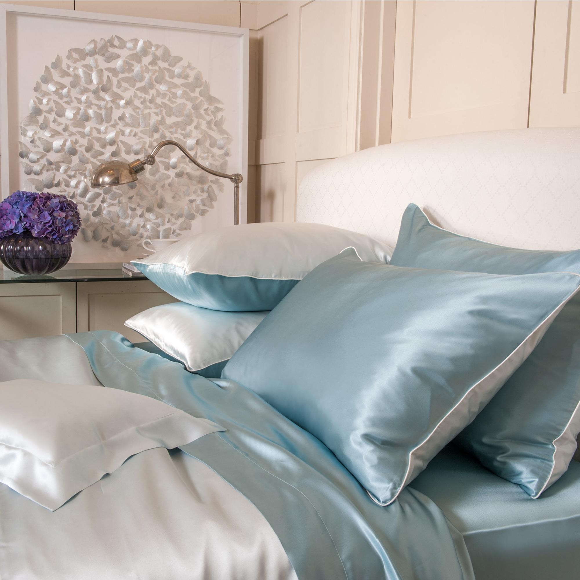 Голубое шелковое постельное белье