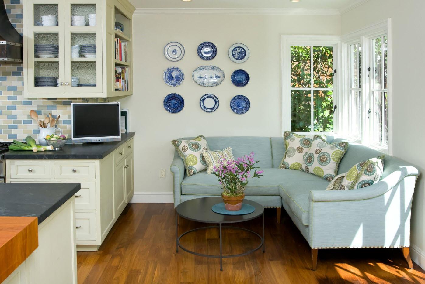 Угловой голубой диван на кухню