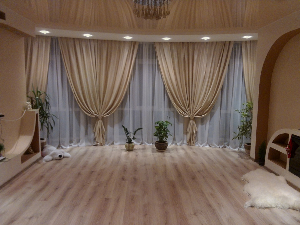 Гибкие шторы в гостиной