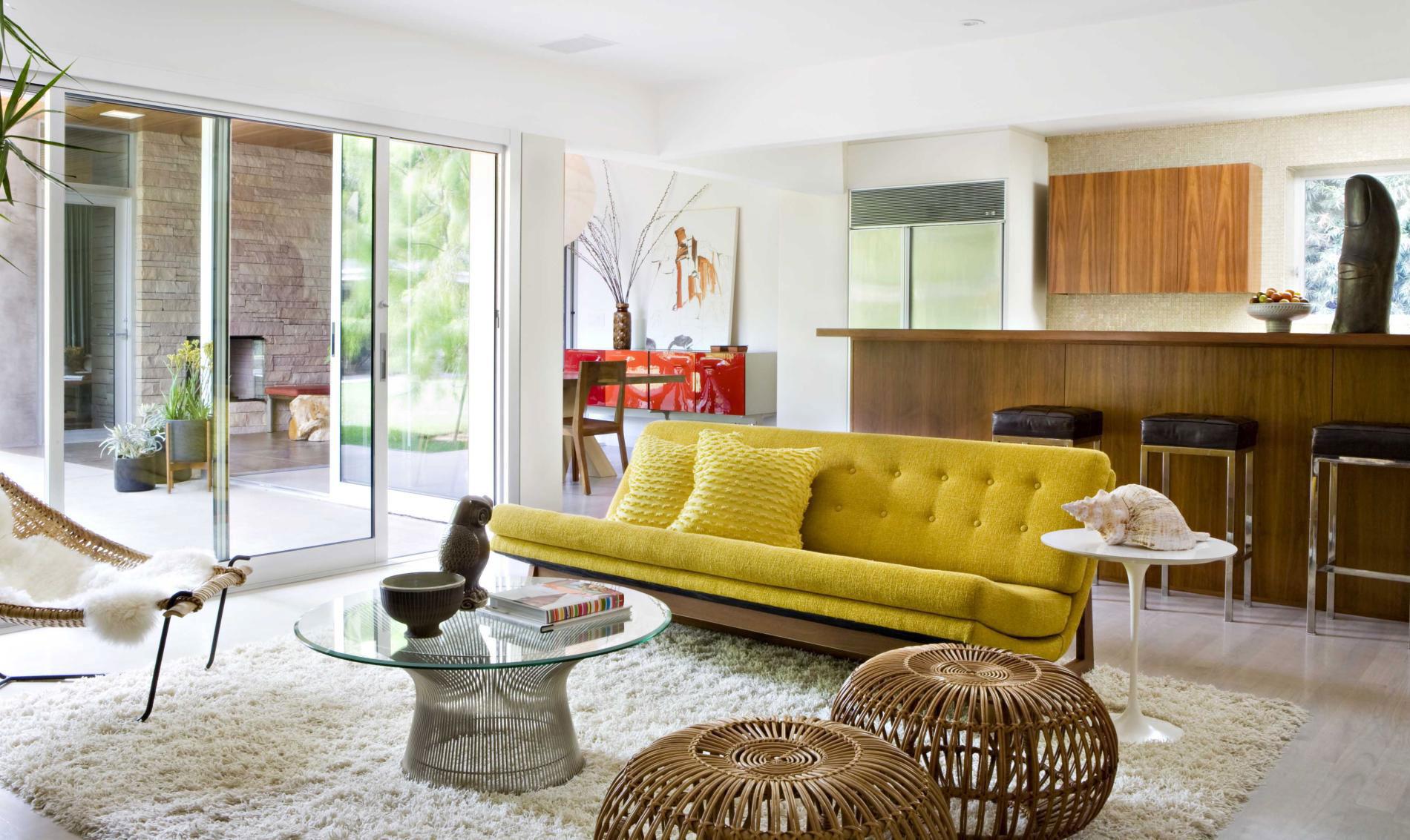 Желтый диван в гостиной