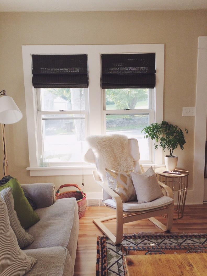Кресло поэнг в гостиной