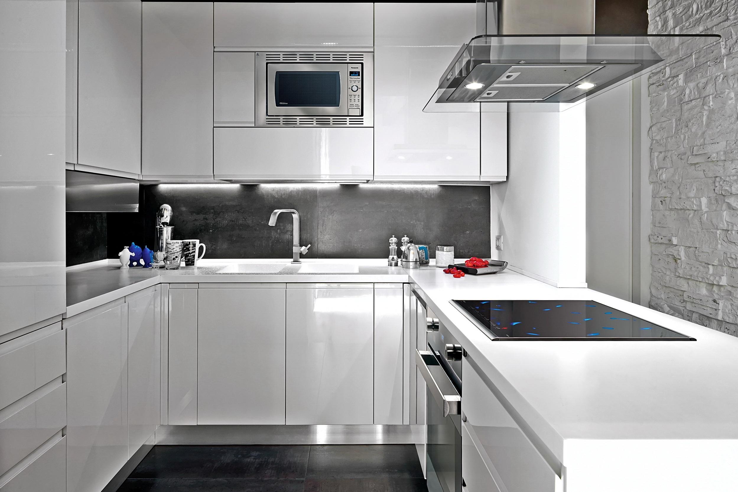 Белая глянцевая кухня в стиле хай-тек