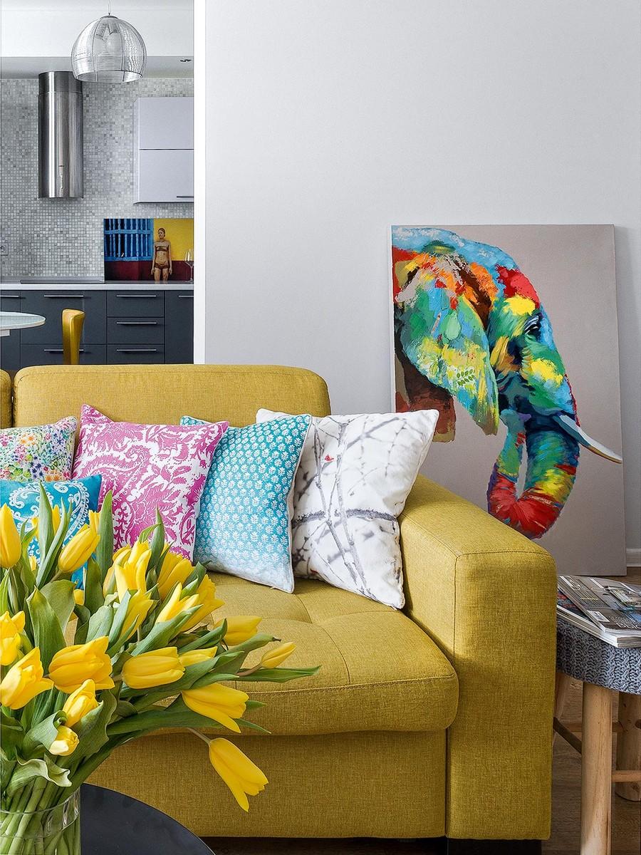 Желтый диван с хлопковой обивкой