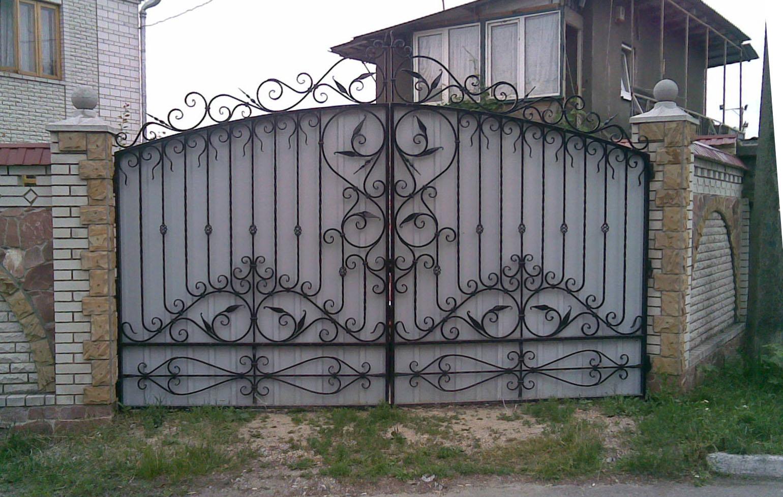 Ворота из профнастила с художественной ковкой