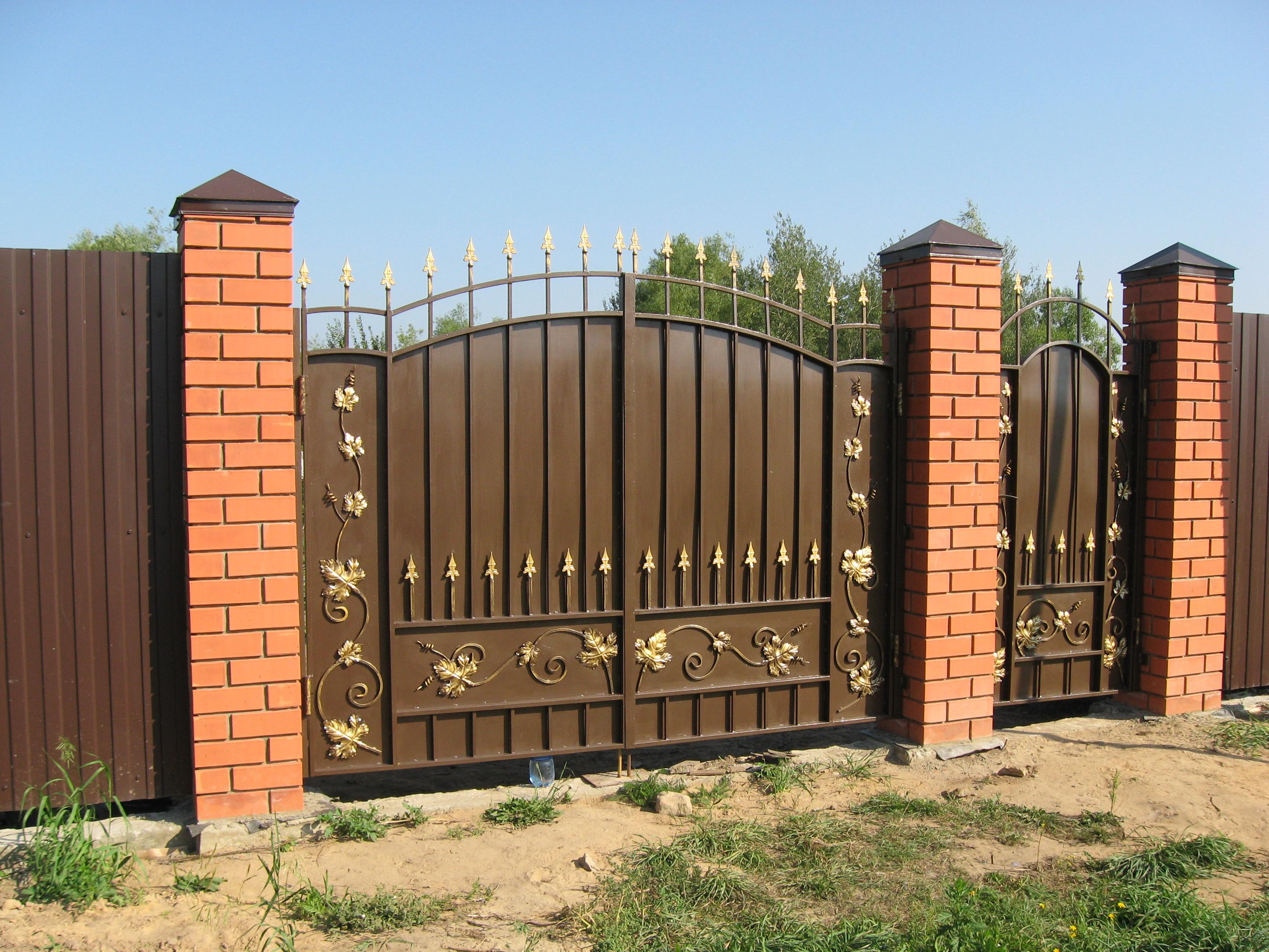 Ворота из профильной трубы с художественной ковкой