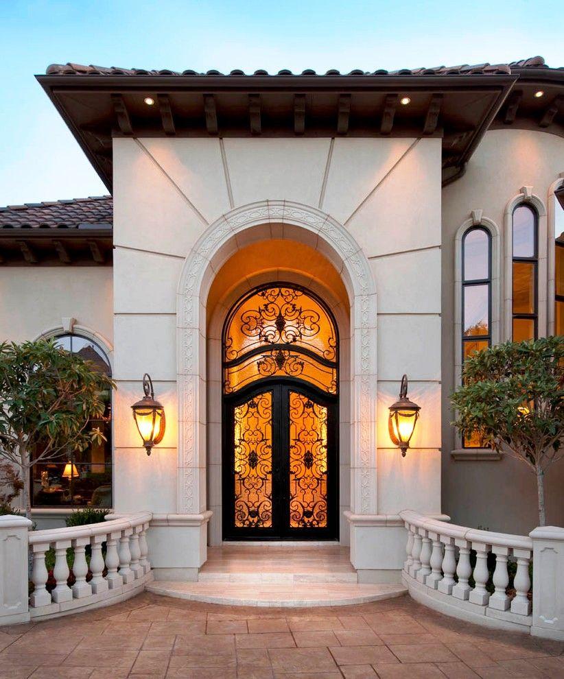Дверь в дом с художественной ковкой
