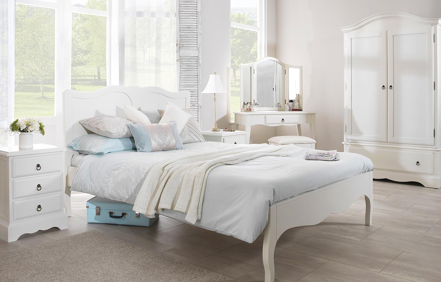 Белая мебель для спальни в интерьере