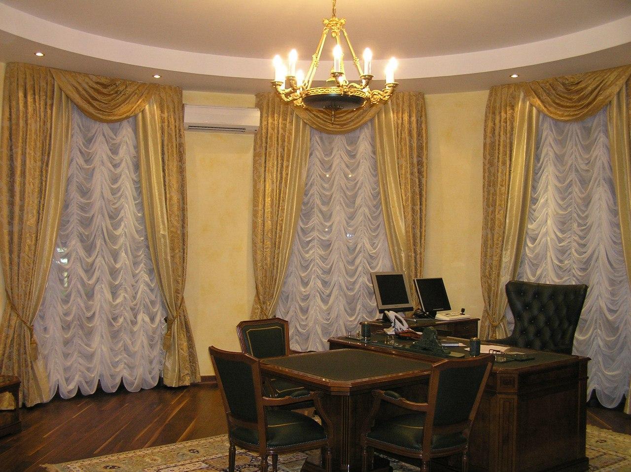 Золотые шторы в кабинете