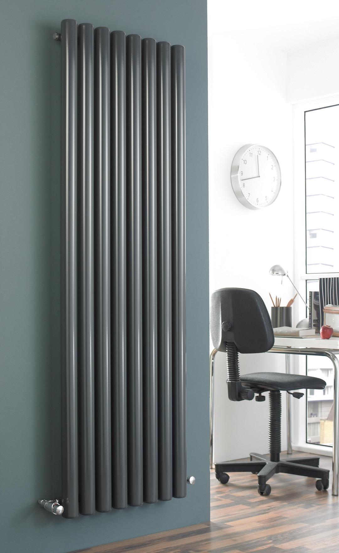 Вертикальный радиатор в кабинете