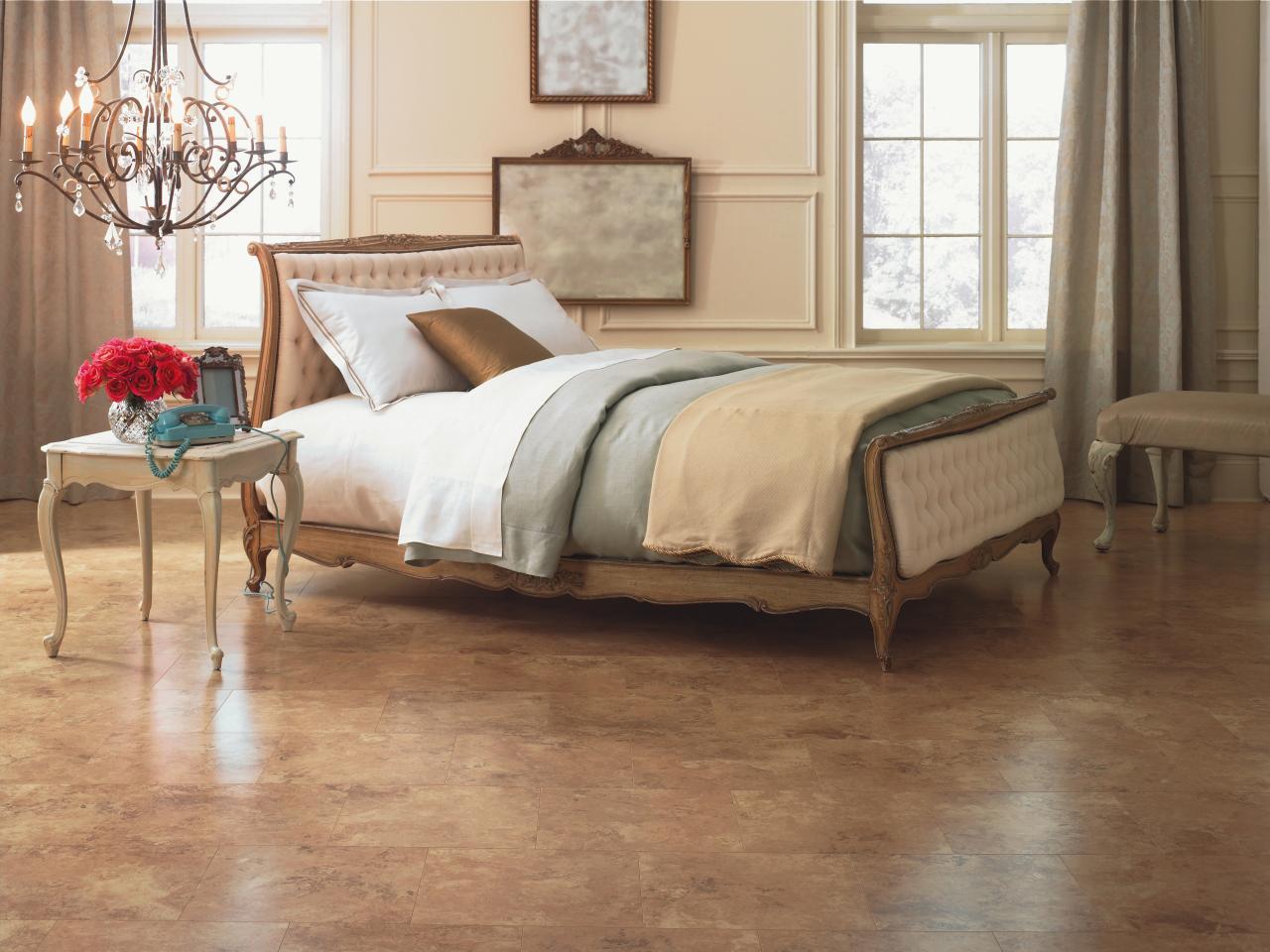 Каменная плитка на полу спальни
