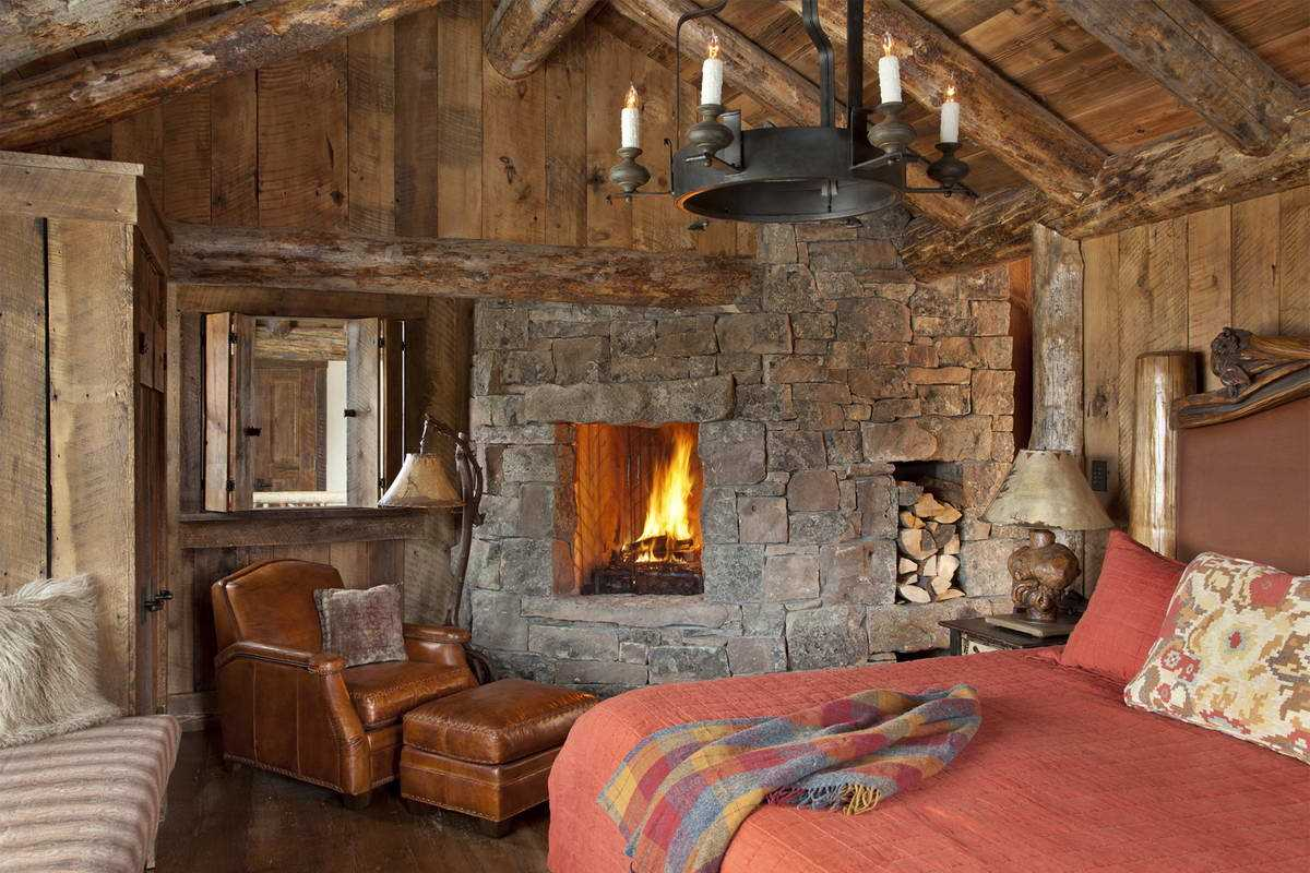 Спальня с камином на даче