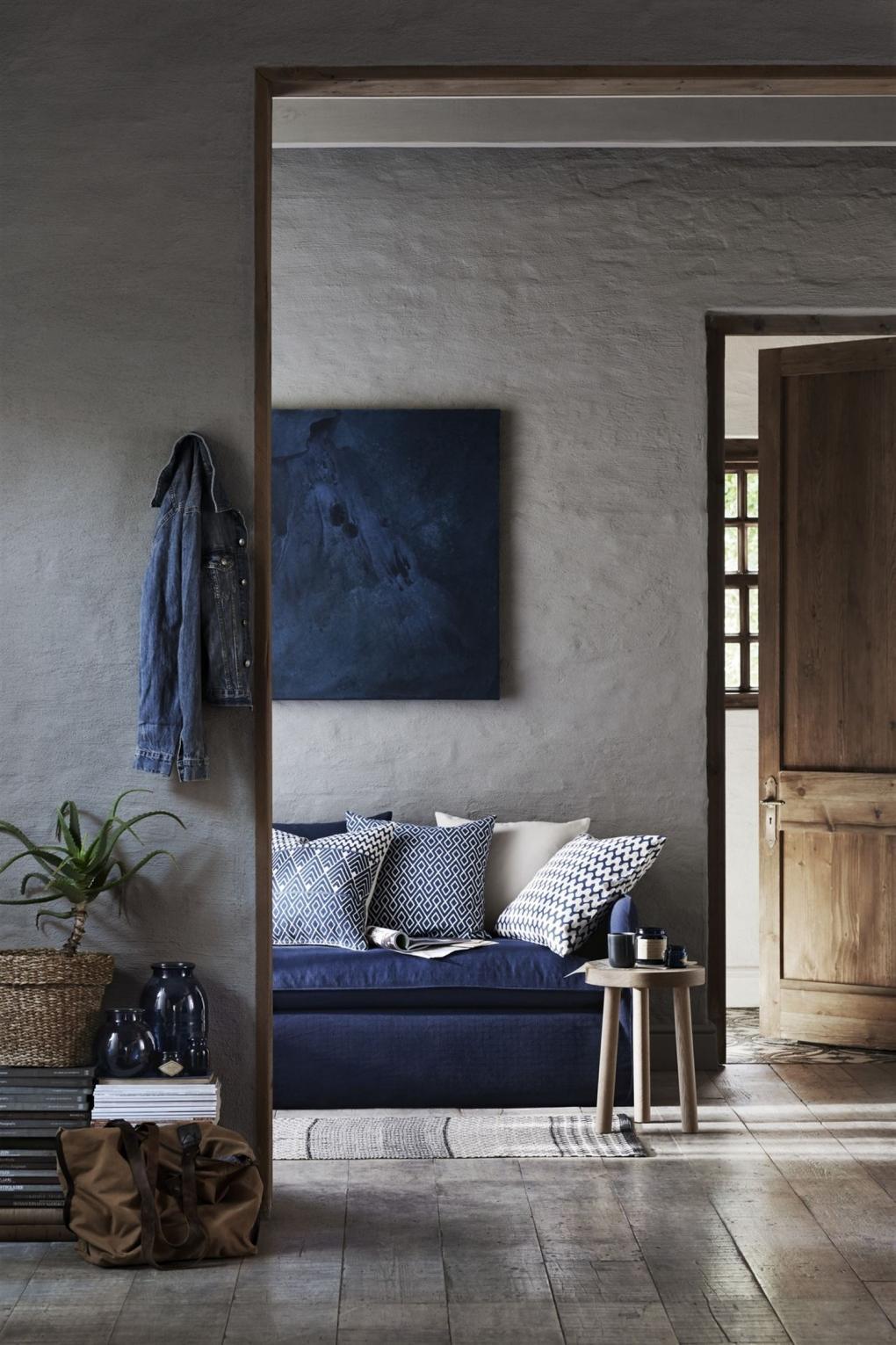 Синий диван в стиле кантри