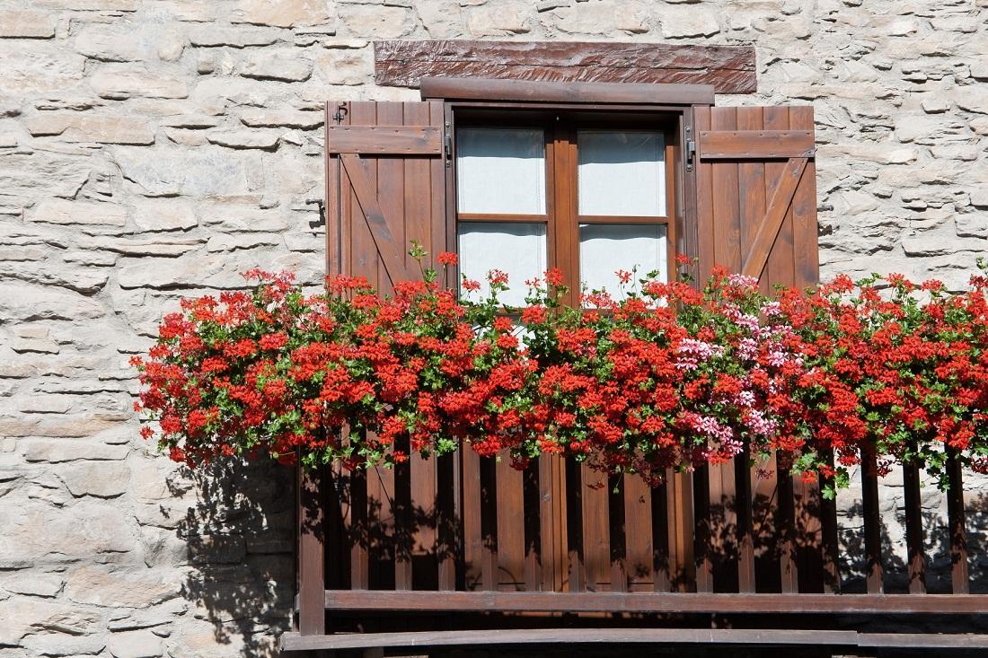 Дизайн балконной двери в стиле кантри