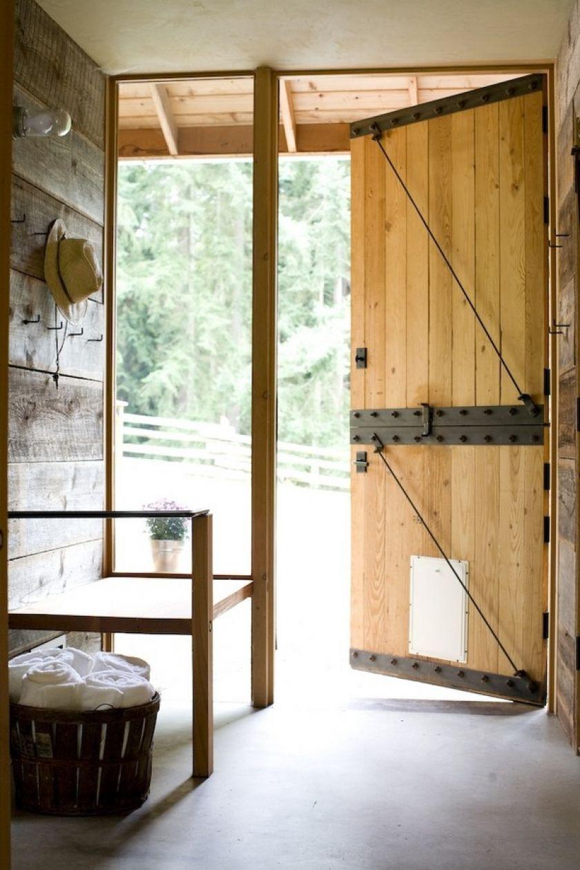 Дверь в дом в стиле кантри