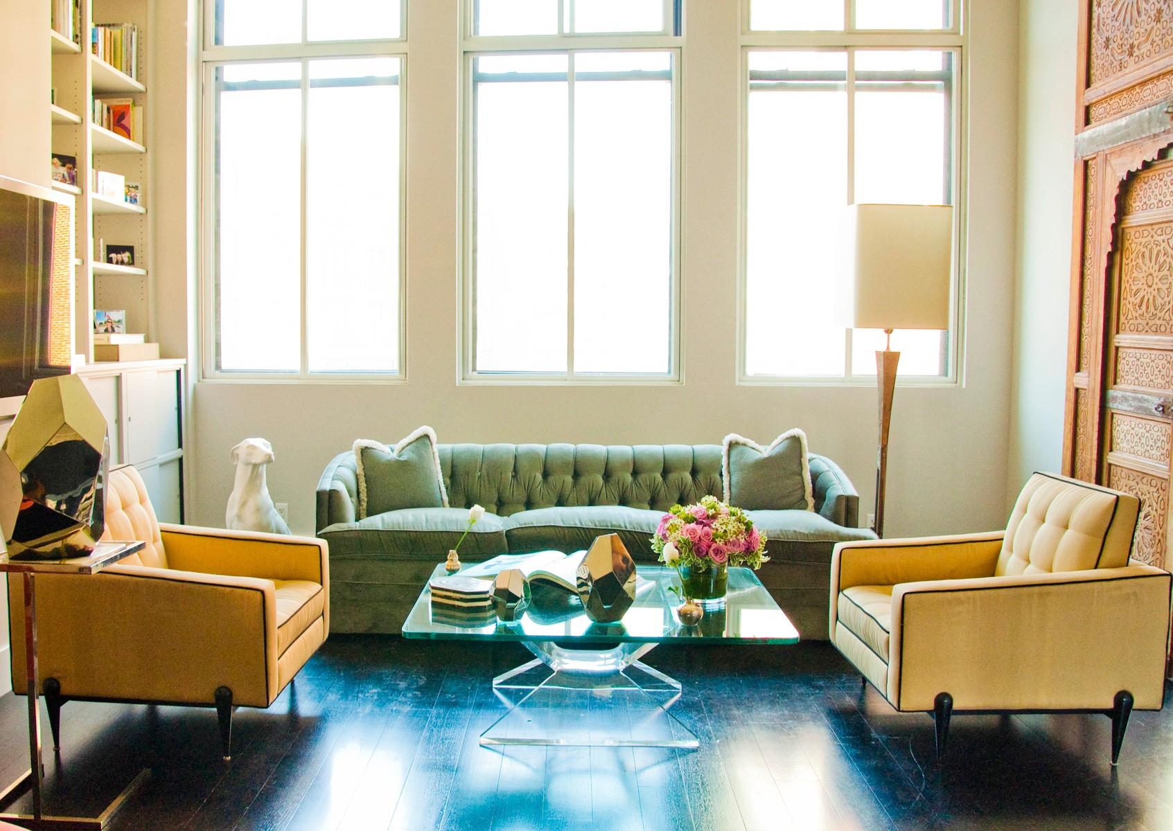Зеленый диван с каретной обивкой